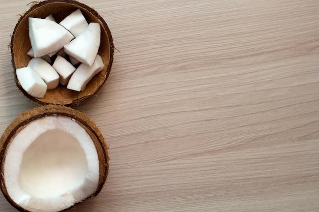 トップビューココナッツの木製の背景