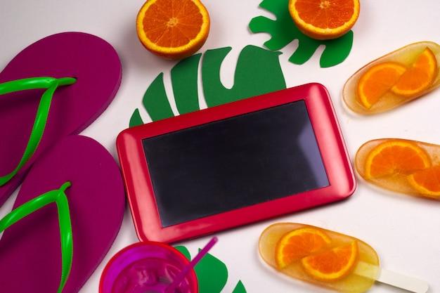 トップビューフラットレイタブレットとアイスクリームの夏の食べ物と旅行のアプリ