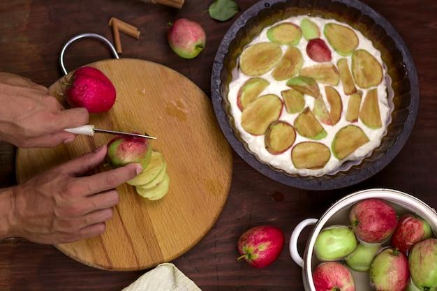伝統的なアップルパイ、季節の料理、新鮮な秋のリンゴ収穫を調理