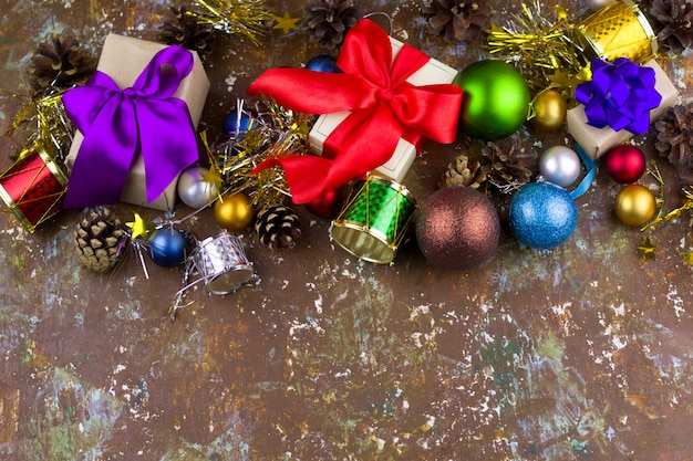 クリスマスプレゼントやヴィンテージのぼろぼろのぼろぼろの背景の装飾