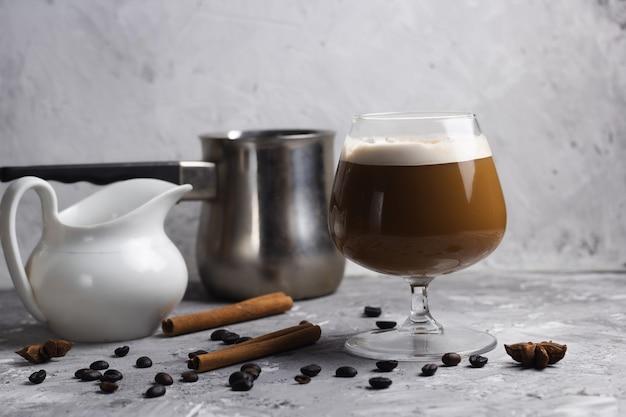 ガラス石背景のコーヒー飲料