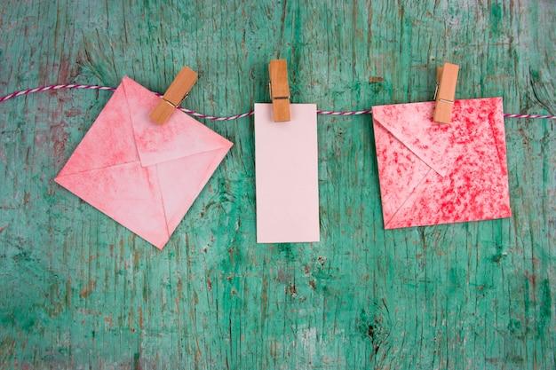 空のビンテージ赤と白の紙のメモと洋服ペグ