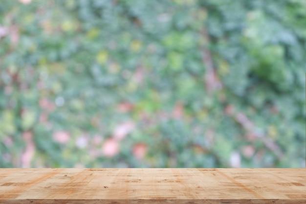 木製の床と木の背景をぼかした写真