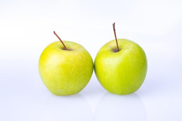 Вкусное сочное свежее зеленое яблоко на белом