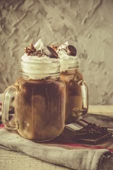 Холодный кофейный напиток в стеклянной банке