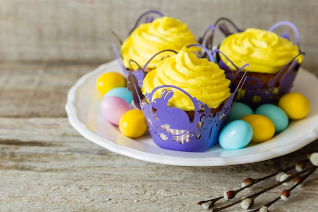 Пасхальные кексы с яйцом и рыхлой ивой