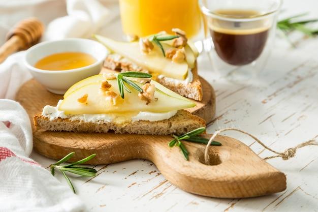 Тосты с грушей, козьим сыром и грецкими орехами, медом, розмарином