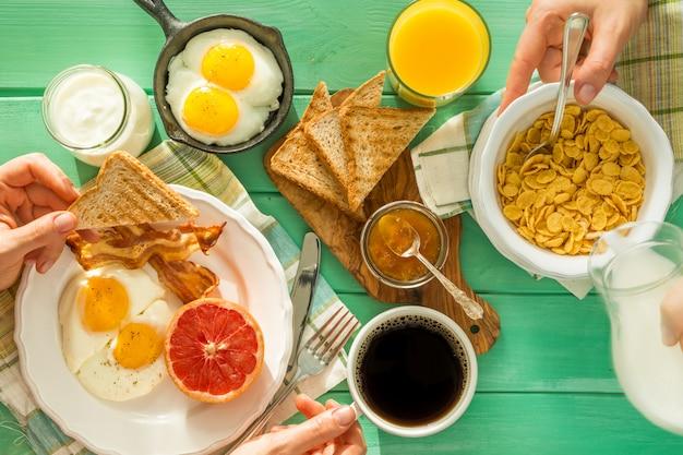 Семья завтракает летом, вид сверху
