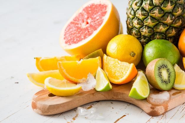 Выбор тропических фруктов на белом столе