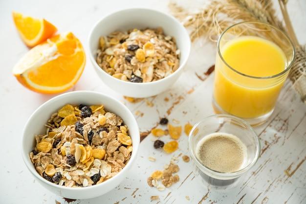 朝食-ミューズリーと白いテーブルの上の果物