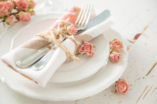 Романтическая сервировка с умершими цветами