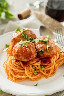 肉団子と白い皿の上のスパゲッティ