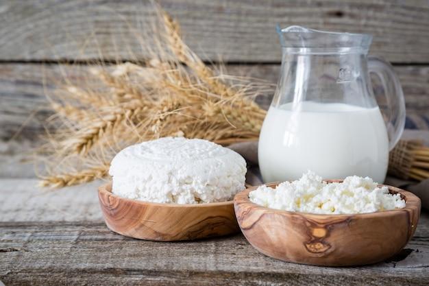 Выбор молочных продуктов на деревенском фоне дерева
