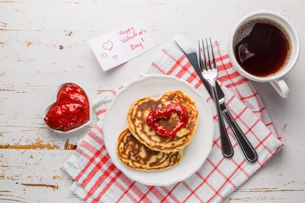 バレンタインデーの朝食-パンケーキ、ジャム、コーヒー