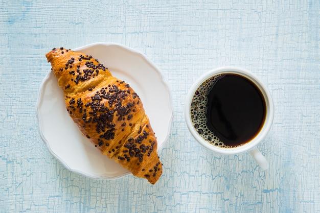 朝のコーヒーと花