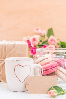 朝のコーヒーと花とマカロン。母の日バレンタインのコンセプト。