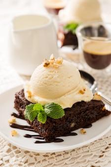 バニラアイスクリーム、ナッツ、ミント入りチョコレートブラウニー