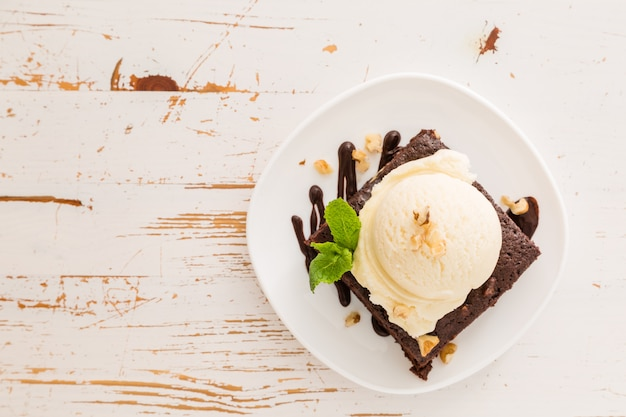 Шоколадный брауни с ванильным мороженым, орехами и мятой