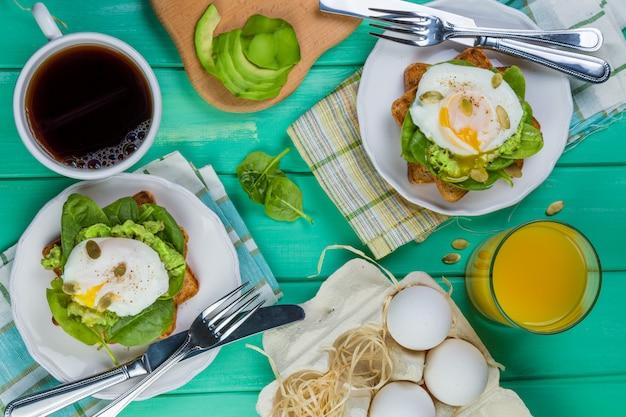 ほうれん草、アボカド、卵のサンドイッチ
