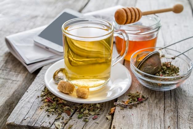 蜂蜜とガラスのコップでハーブティー