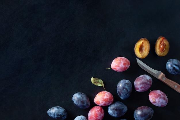 ナイフで暗い表面に梅の果実