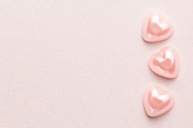Жемчужные сердечки на розовой мягкой бархатной бумаге