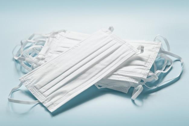Белые защитные маски для лица ворс на синем