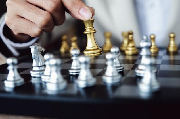 チェスをする人