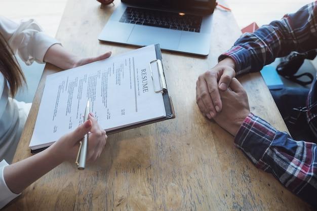 人事監査は、申請者の書類を再開し、会社への人材選抜のために申請者にインタビューします。