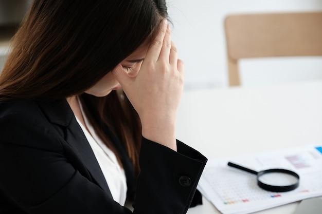 Работницы демонстрируют головную боль от работы или разочарование от работы.