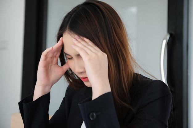 女性社員は仕事で頭痛がする、仕事ががっかりする。