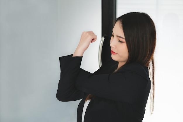 Работницы показывают растяжку плеч после работы.