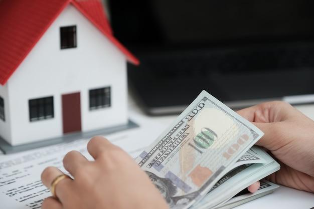 ドル札を数える不動産の購入・契約用