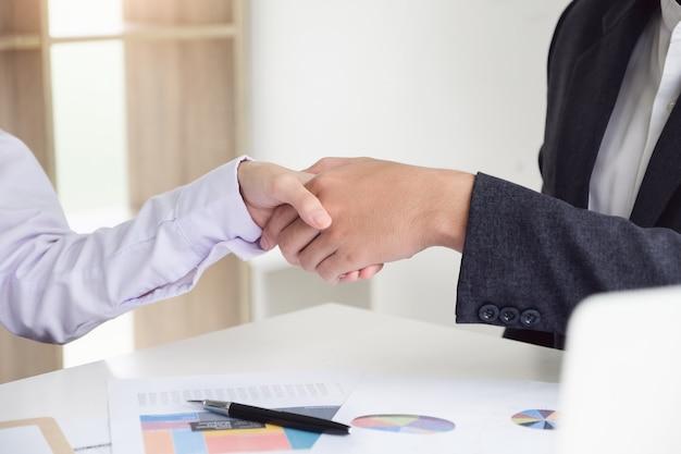 若いビジネスマンはパートナーと協力してビジネスを拡大します