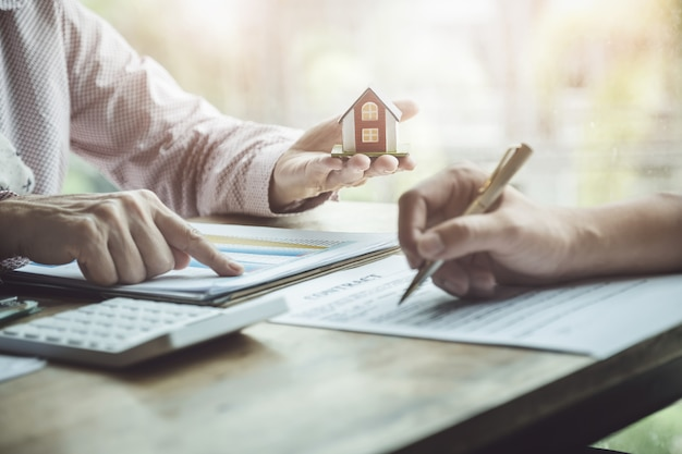 住宅購入のためのローンや金利について議論している不動産業者