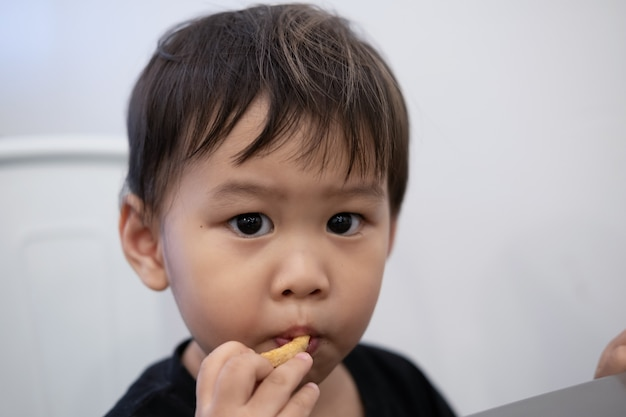 子供たちはレストランでフライドポテトを食べるために座っています。