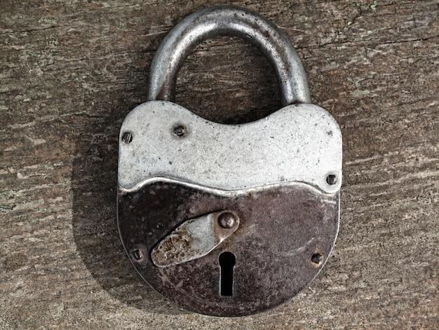古いさびた南京錠