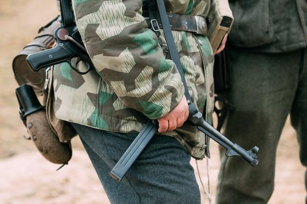 ドイツ国防軍兵士の手の中にある短機関銃のドイツ兵。第二次世界大戦