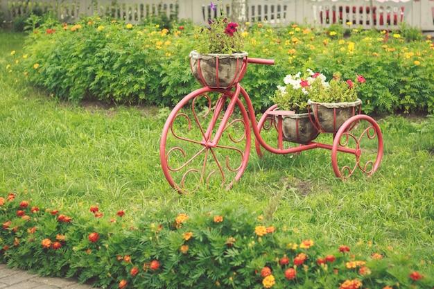 ビンテージ自転車のバスケットの花