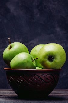 ボウルに熟した緑の様々なリンゴ