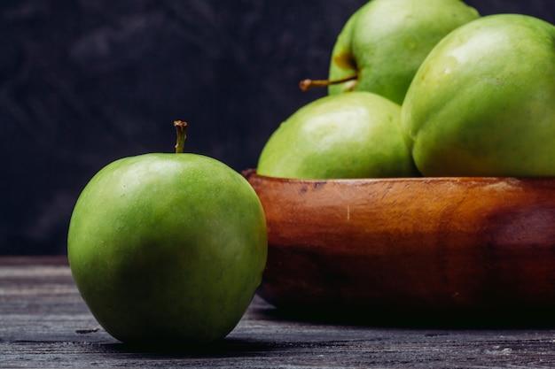 熟した青リンゴをクローズアップ