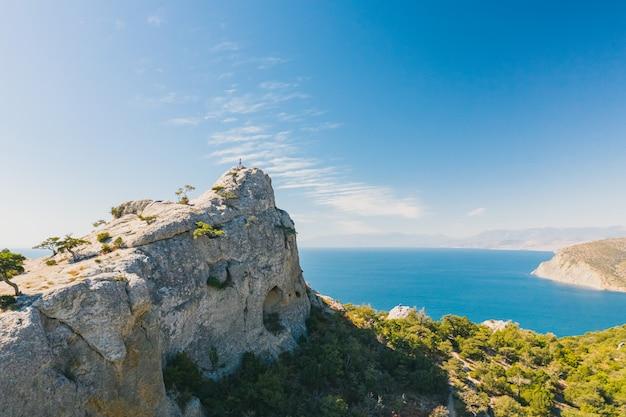 崖と黒海の景色のある絵のような場所