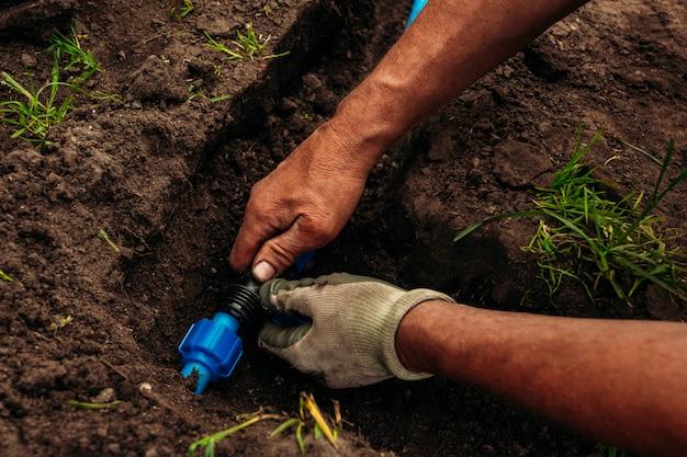 地面の庭に水をまくためのパイプ