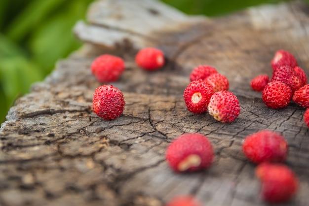 野生のイチゴのクローズアップとヴィンテージの木製の表面