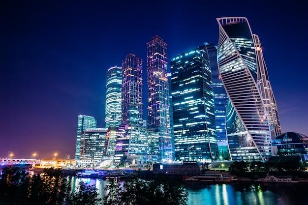 夜のモスクワの高層ビル