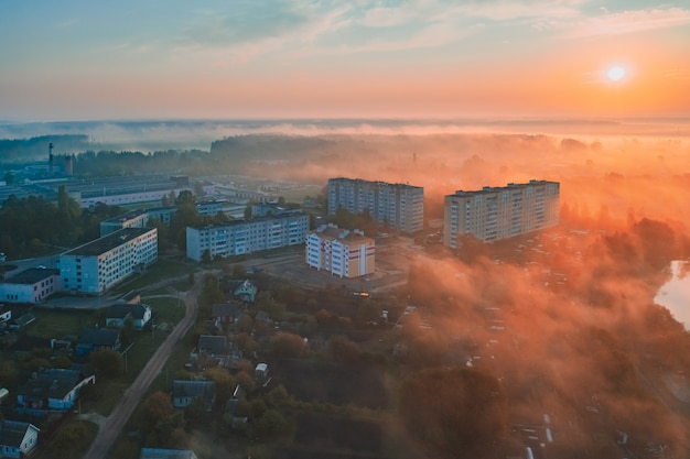カラフルな夜明けの霧色の日光
