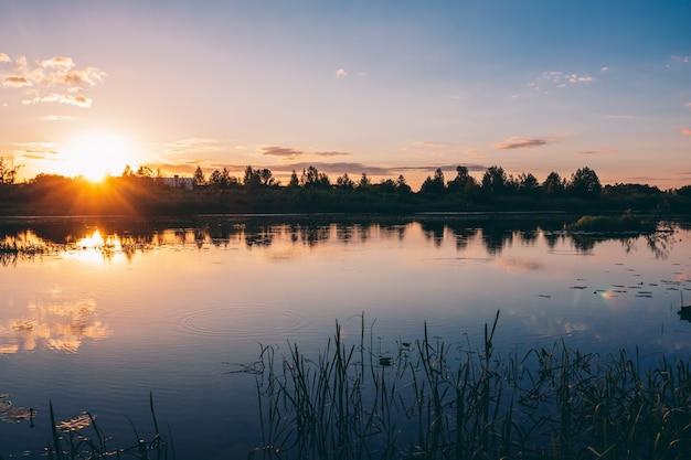 カラフルな色合いの美しい夏の川の夕日