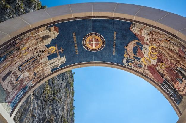 モンテネグロ、オストログの修道院の看板アーチ。