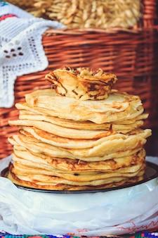 ベラルーシの休日マースレニツァの食べ物のパンケーキ