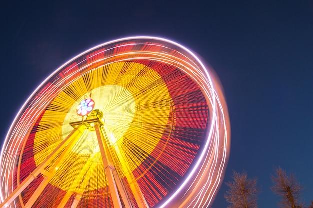 Колесо обозрения на фоне ночного неба